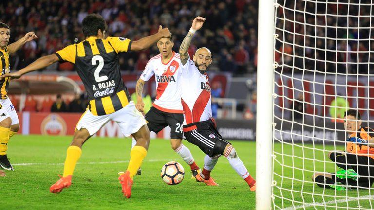 Todos abrazaron a Alario, pese a que el gol fue de Pinola: Rojas, Enzo Pérez y Nacho Fernández con el delantero