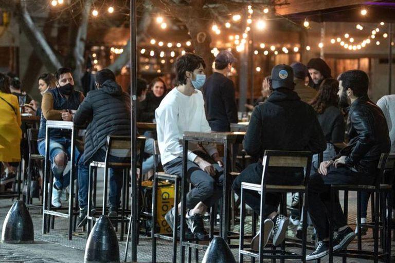 En el área metropolitana, los bares y restaurantes solo pueden atender en espacios habilitados al aire libre y deben cerrar a más tardar a las 19
