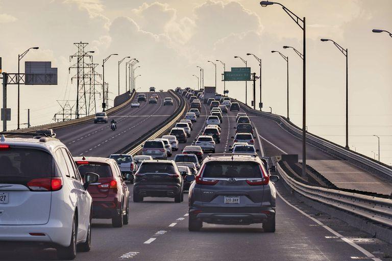 Vehículos abandonan Nueva Orleans ante la llegada del huracán