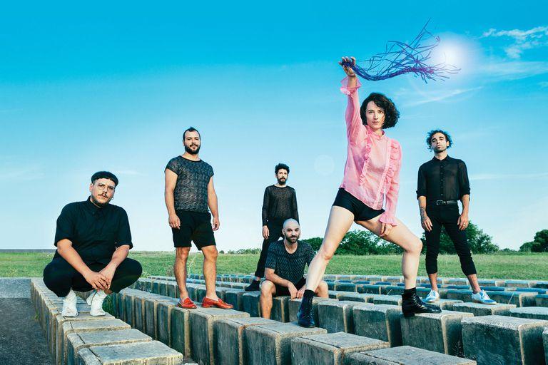 Los Besos: la historia de la pequeña orquesta pop liderada por Paula Trama