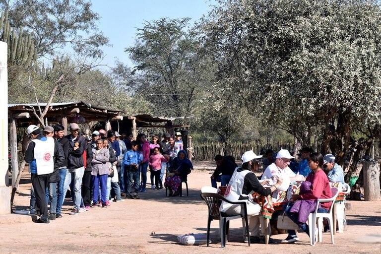 En el operativo sanitario N°23 en Chaco la gente espera a ser atendida haciendo fila