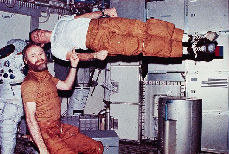 En esta foto, Jerry Carr finge sostener con un dedo a un Ed Gibson que flota sin gravedad