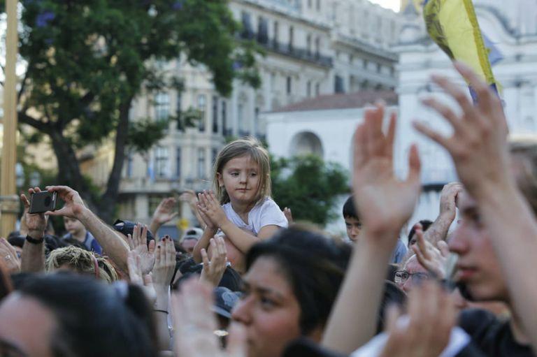 En más de 300 localidades de Argentina la gente se unió para cantar Inconsciente colectivo, un himno del rock nacional