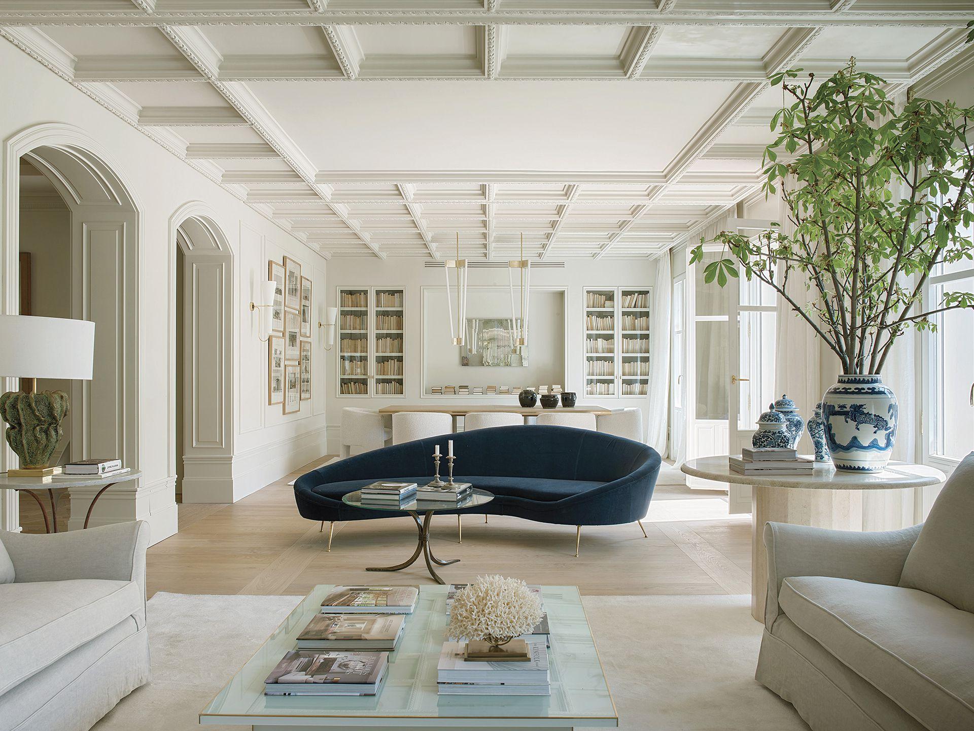 El sillón azul es un clásico moderno original del diseñador italiano Ico Parisi. Aunque es con un punto focal importante, aquí la clave viene desde arriba.