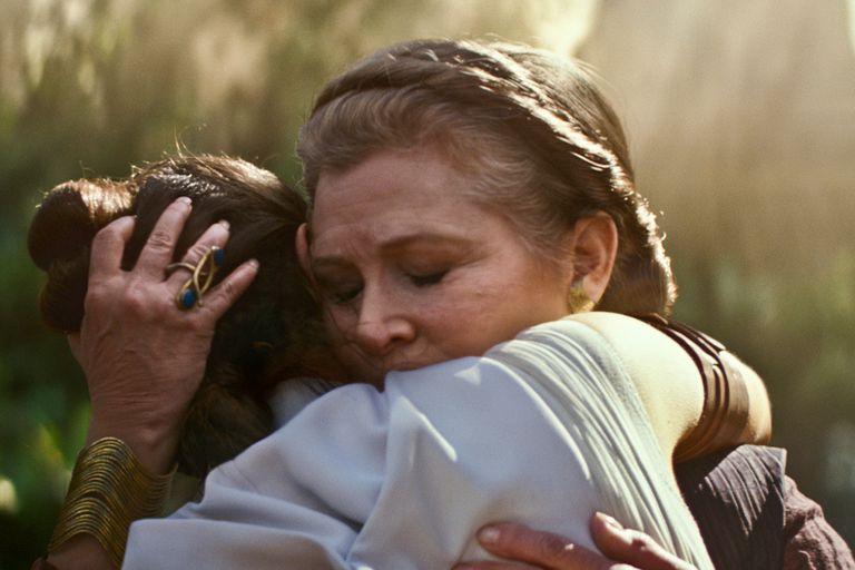 Carrie Fisher como la princesa Leia y Daisy Ridley como Rey en Star Wars: el ascenso de Skywalker, el noveno y último episodio de la saga creada por George Lucas en 1977