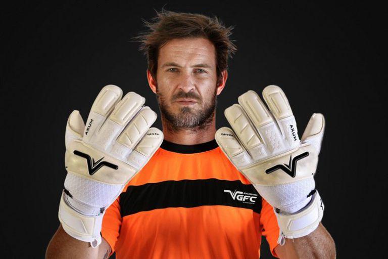 Costanzo diseñó guantes y creó una marca, cuando jugaba en Chile. Sigue con ese proyecto.