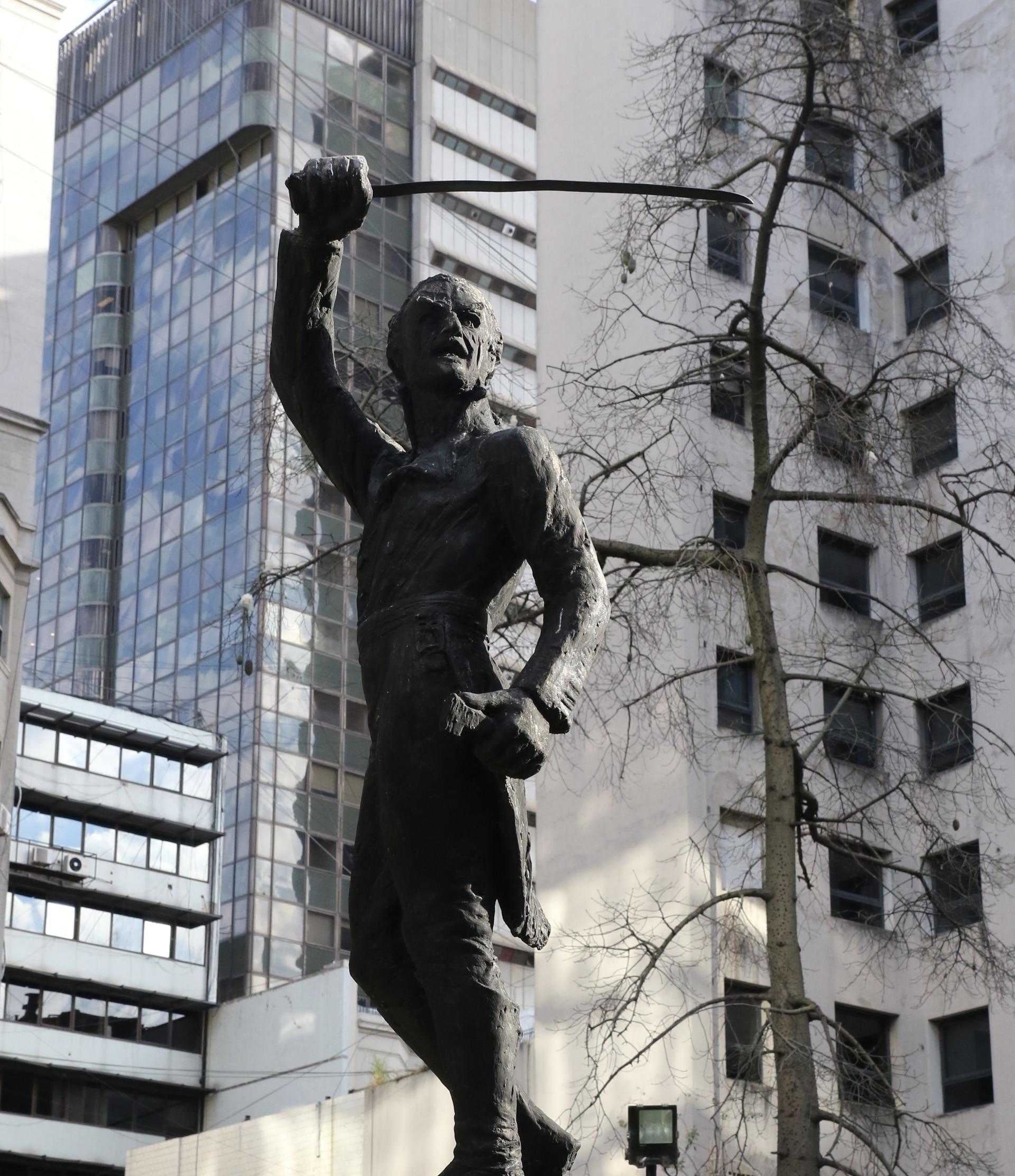 La estatua de Santiago de Liniers en la plazoleta San Nicolás.