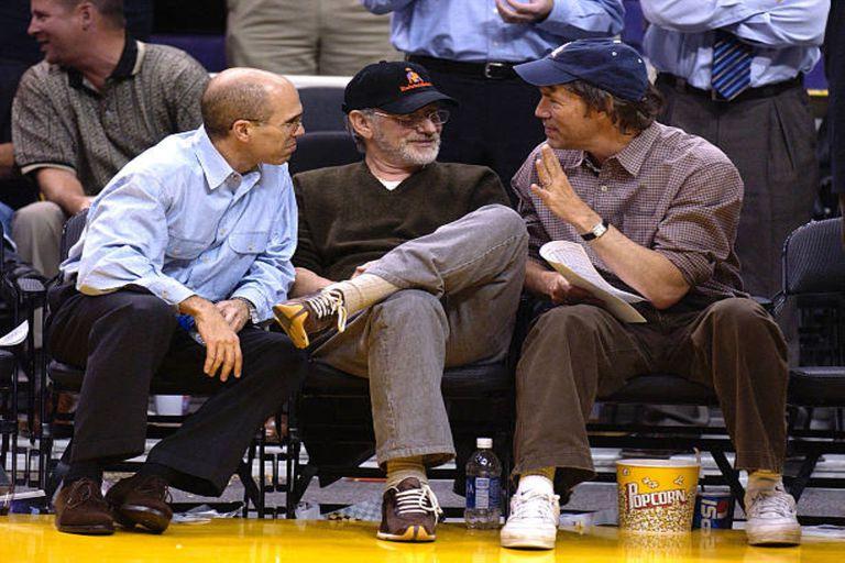 En un partido de Los Angeles Lakers y en vísperas del Kentucky Derby, Spielberg se mostró con una gorra de su caballeriza.