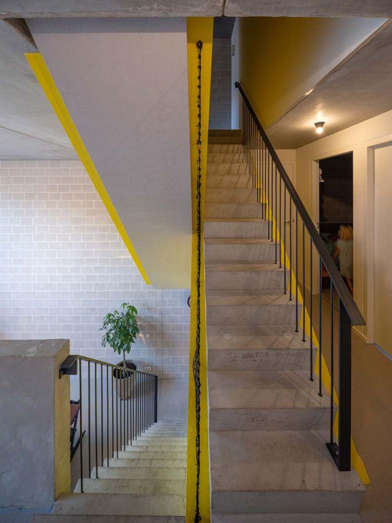 La escalera tiene el principal fin de dividir los espacios interiores y crear un punto focal audaz