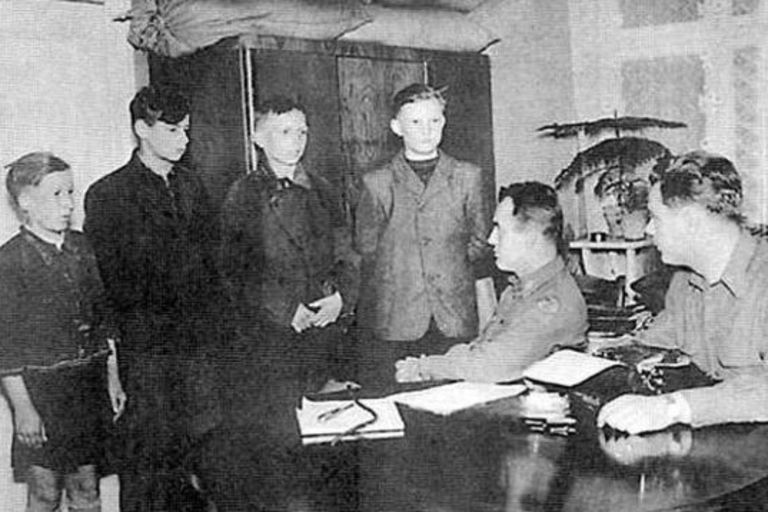 Cuatro niños de la Werwolf acusados de sabotaje de las líneas de comunicación de los aliados en Osterburgo, en 1945