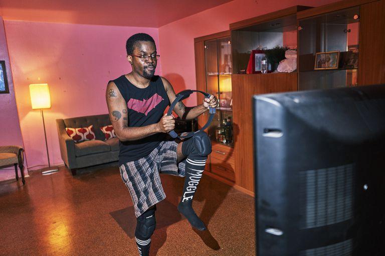Tristan Scatliffe se ejercita con el Ring Fit de Nintendo en su casa en Brooklyn