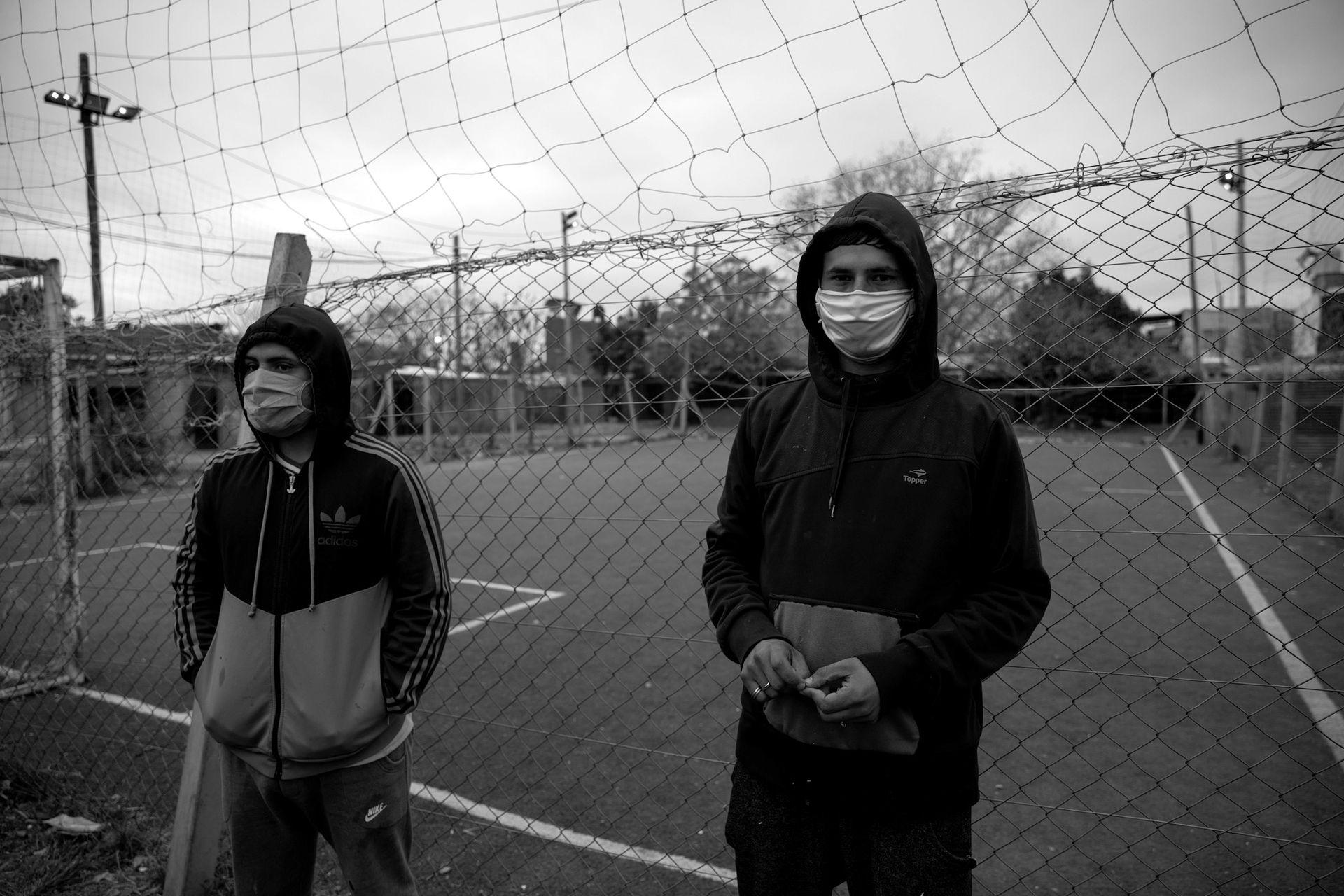 En el barrio creen que los contagios explotaron en la cancha de fútbol, porque allí nunca se respetó la cuarentena