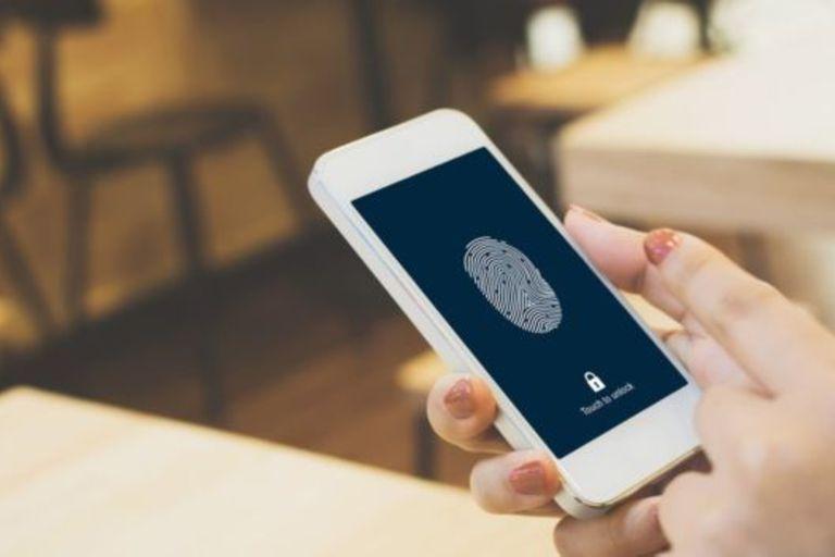 El stalkerware permite a los usuarios ver los mensajes y correos electrónicos de otra persona e incluso acceder a su cámara