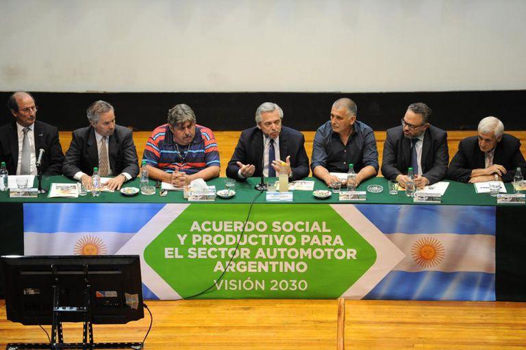 """""""Dieron el puntapié inicial del nuevo contrato social argentino"""", planteó Alberto Fernández, durante la presentación del Plan 2030 de la industria automotriz; terminales, concesionarias y sindicatos elaboraron un proyecto de ley para el sector buscan que en 10 años el país produzca 1,8 veh"""