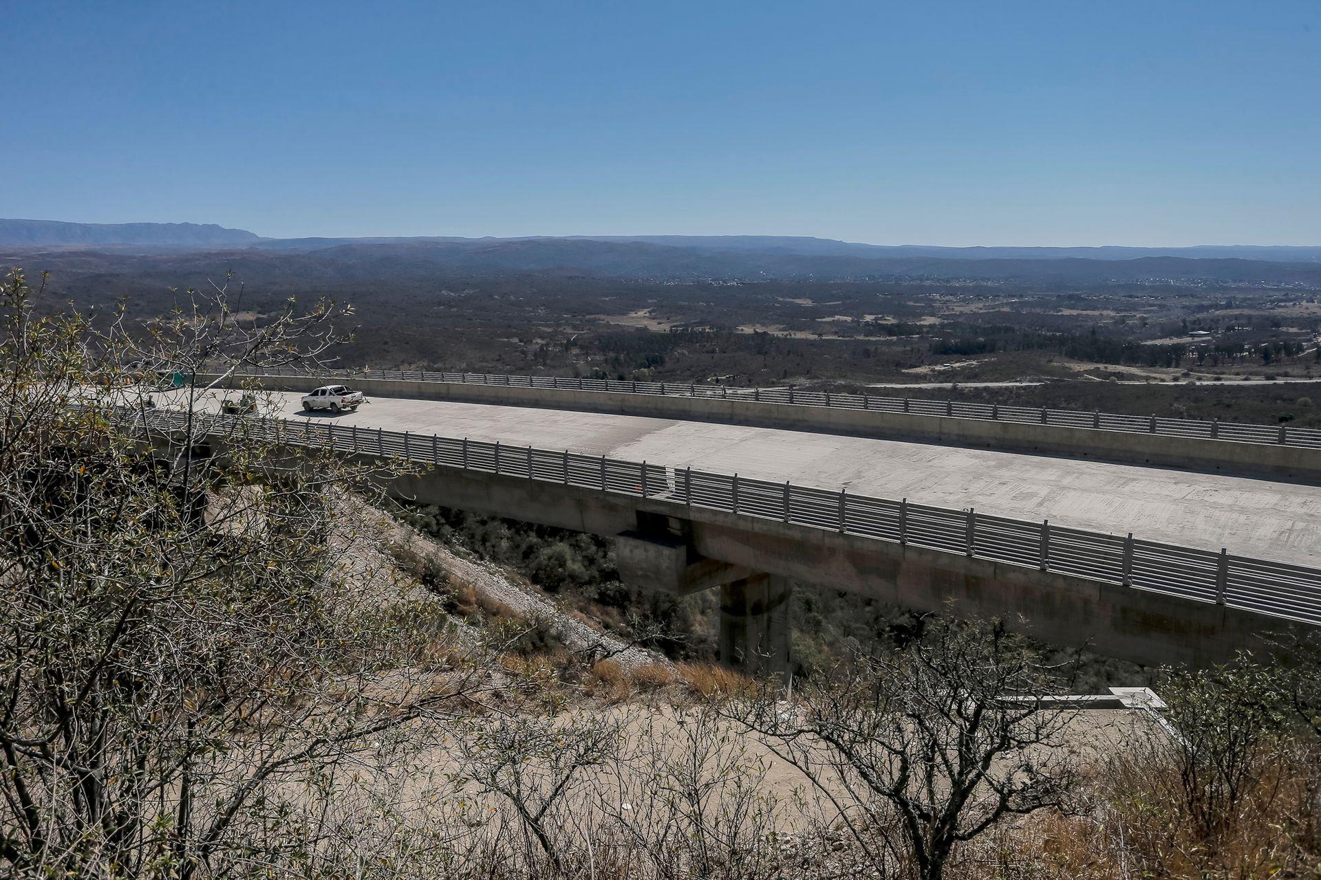 Con la colocación de la última viga del cuarto viaducto en la Bajada de las Altas Cumbres, quedó unido el tramo de algo más de 16 kilómetros