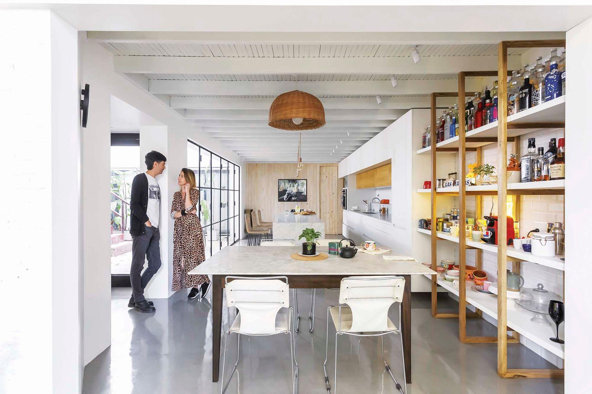 En el sector comedor, estantería con soportes de petiribí, estantes laqueados y fondo en azulejos 'Subway' (todo, Arq. Joaquín Adot).
