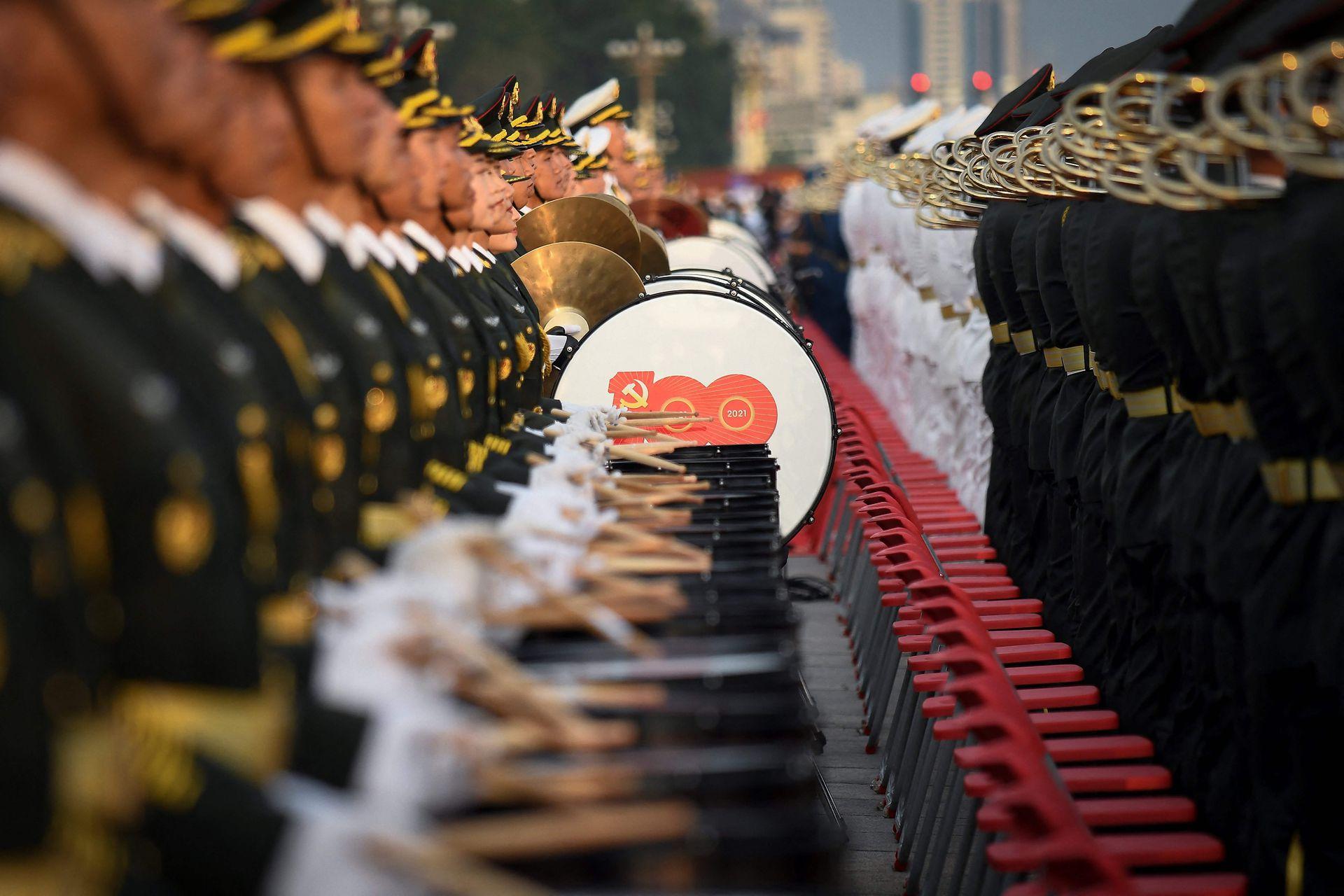 Bandas de música; cañonazos y vuelos acrobáticos fueron el centro del desfile
