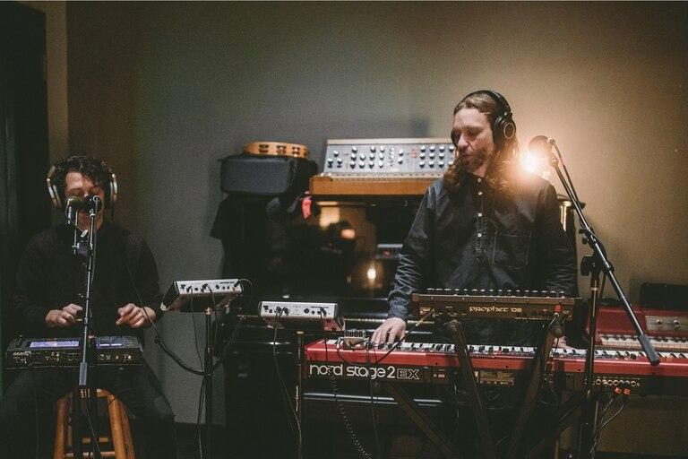 """Babasónicos haciendo sus versiones de """"Bestia pequeña"""" y """"Suburbia"""" de los Pet Shop Boys"""