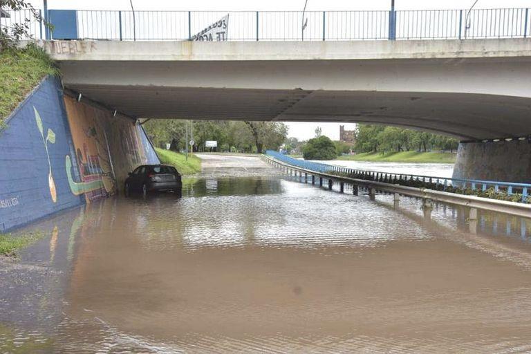 Varios vehiculos debieron ser asistidos por personal de rescate por el temporal en la ciudad de Córdoba.
