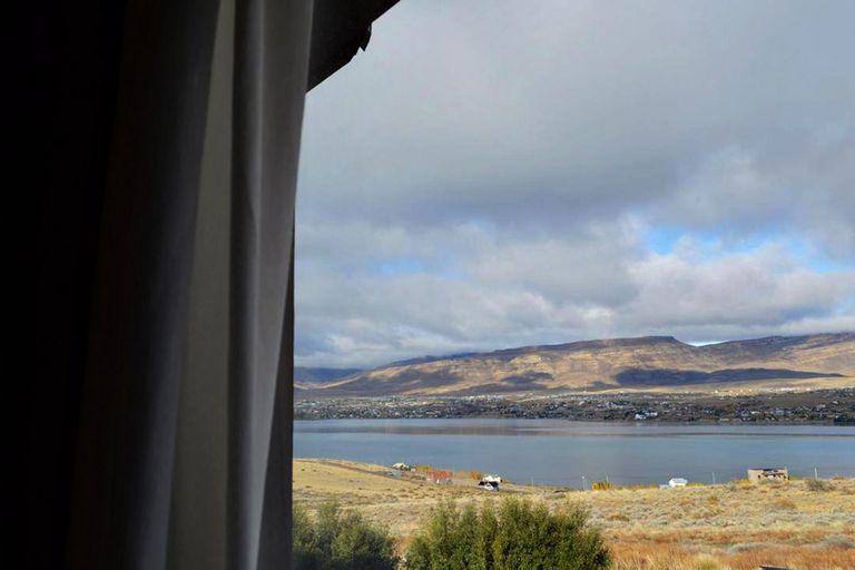 Un ventanal del hotel: la vista, una distracción para los franceses que esperan poder volver a su país