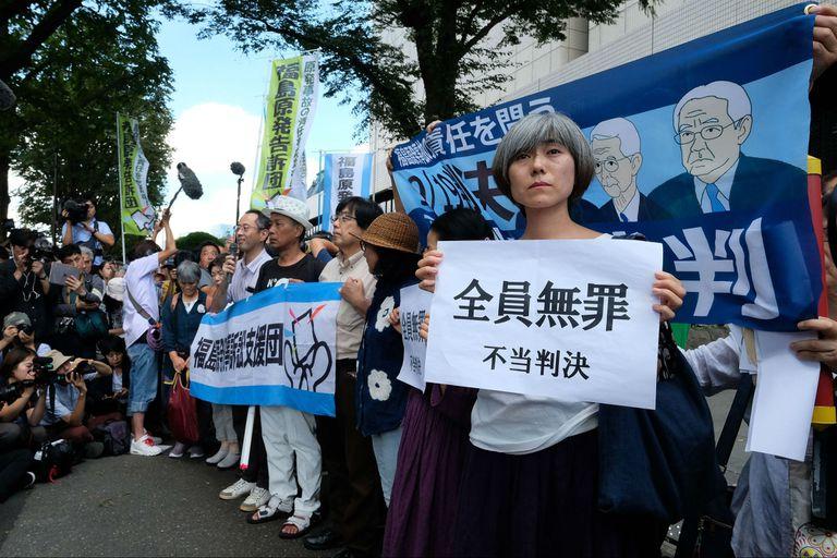 Los damnificados protestaron frente al Tribunal de Distrito de Tokio después de que el tribunal absolvió a tres ex funcionarios de la empresa que operaba la planta nuclear de Fukushima