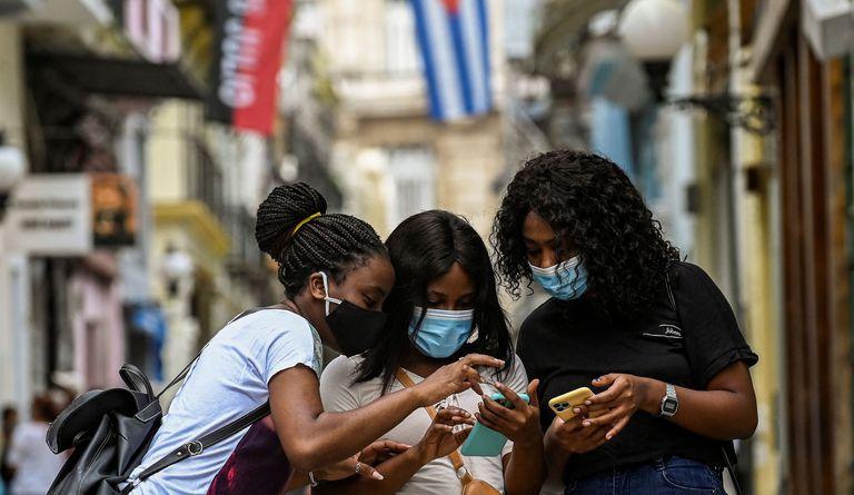 El régimen cubano sofoca el estallido con represión y medidas para aliviar el malestar