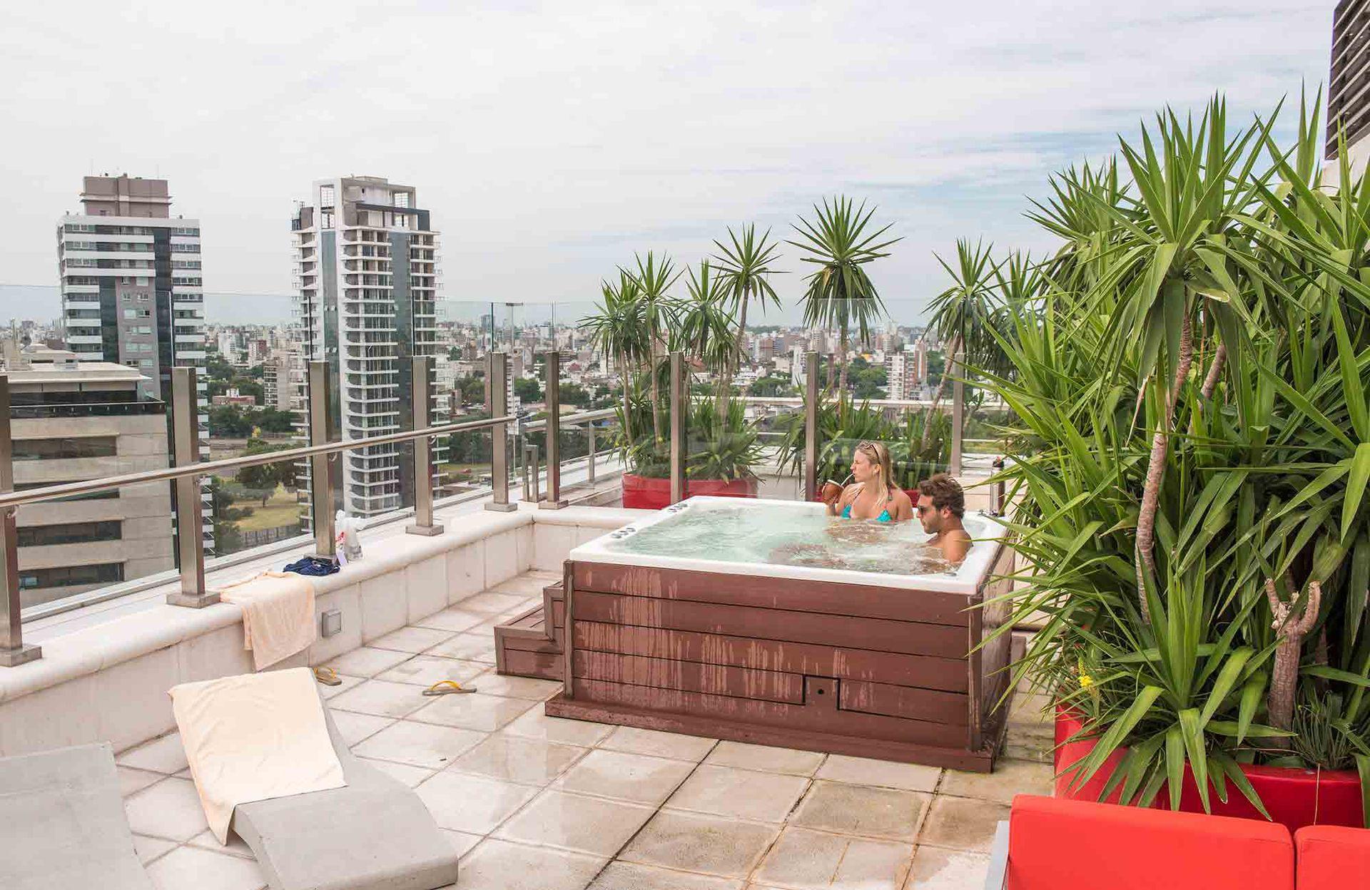La terraza con vista 360° en el piso 16 del flamante hotel Dazzler by Whyndham.