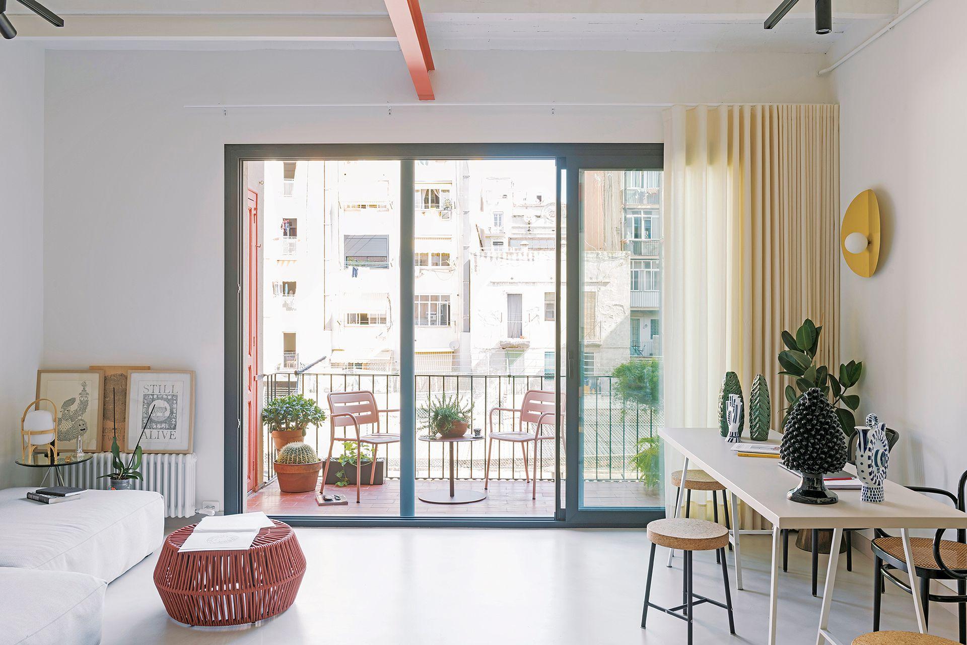 En el balcón, mesa auxiliar 'Objects' y sillas 'Village', diseñadas por Jasper Morrison, todo de la firma de diseño española Kettal.