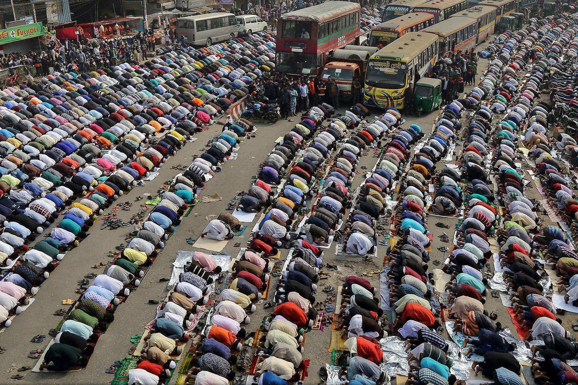 Tercer lugar, categoría Ciudades: la imagen es de Sandipani Chattopadhyay, La gente reza en la calle en Dhaka, Bangladesh durante Ijtema. Bishwa Ijtema es una de las principales reuniones religiosas islámicas