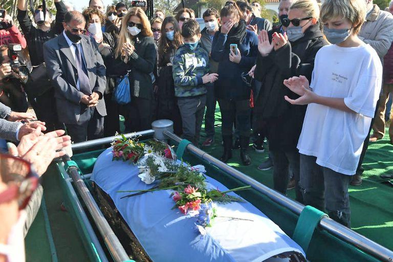Familiares y amigos despiden a Carlos Reutemann en el cementerio Lar de Paz, de Monte Vera; el féretro de Lole fue envuelto en una bandera argentina