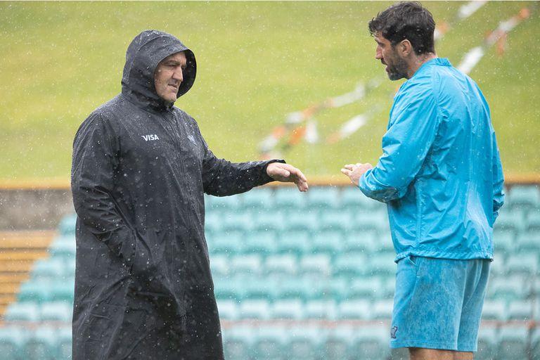 El head-coach Mario Ledesma y Juan Fernández Lobbe, bajo la lluvia de Sydney