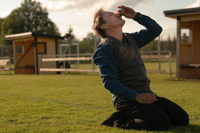 Mads Mikkelsen en una escena de Otra ronda, la gran favorita a ganar el Oscar a la mejor película internacional