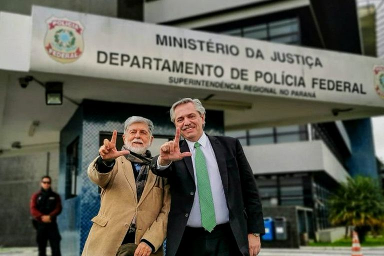 Alberto Fernández con el excanciller brasileño Celso Amorim, en el departamento de policía de Curitiba donde está detenido Lula