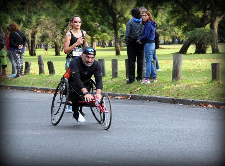 Roban silla de ruedas de competición a un atleta discapacitado