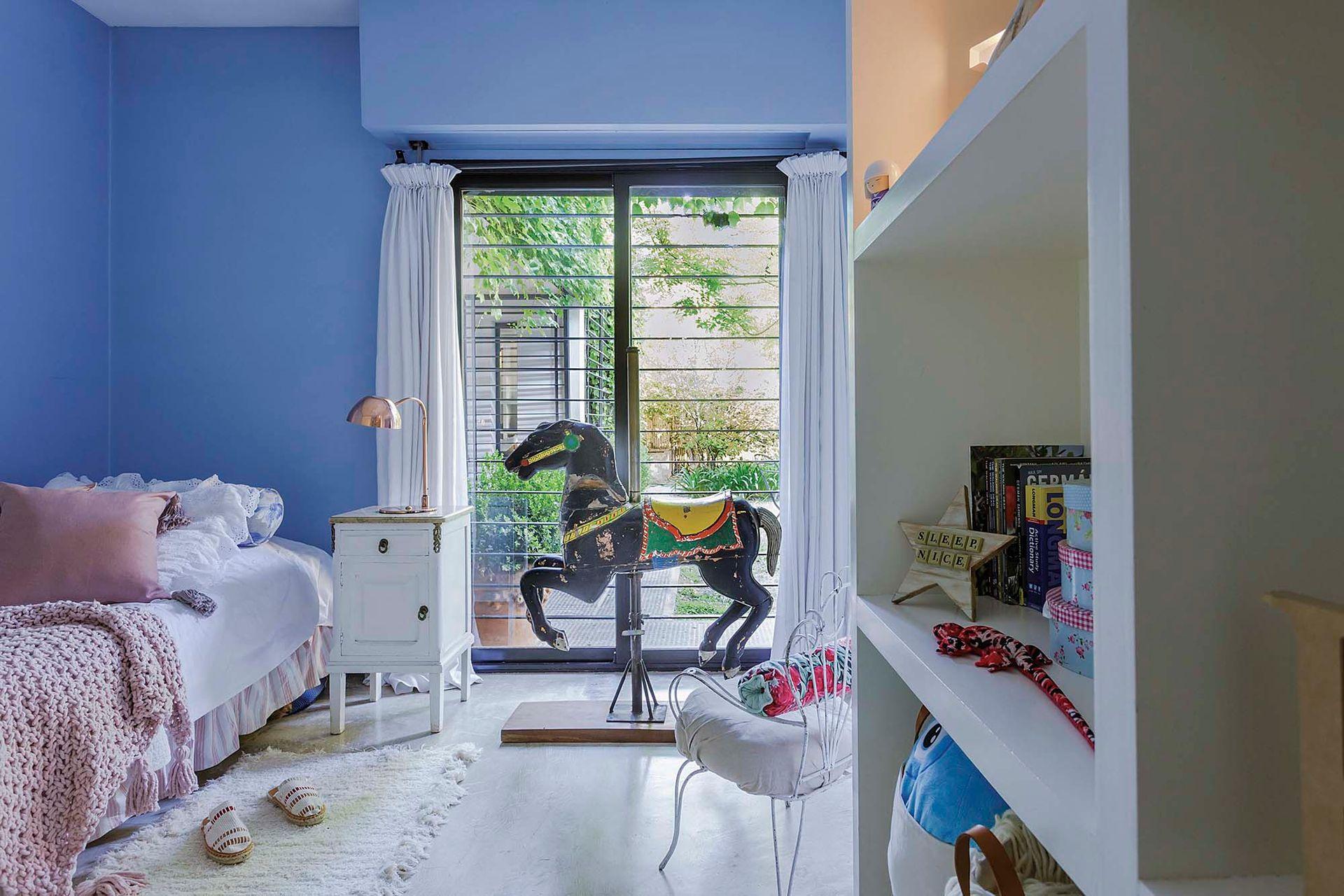 En el cuarto de las chicas, alfombras en color crudo (Punto Calma). Las mesas de noche heredadas pintadas de blanco y un caballo de calesita de más de 100 años (El Chañar) terminan de configurar una atmósfera de ensueño.