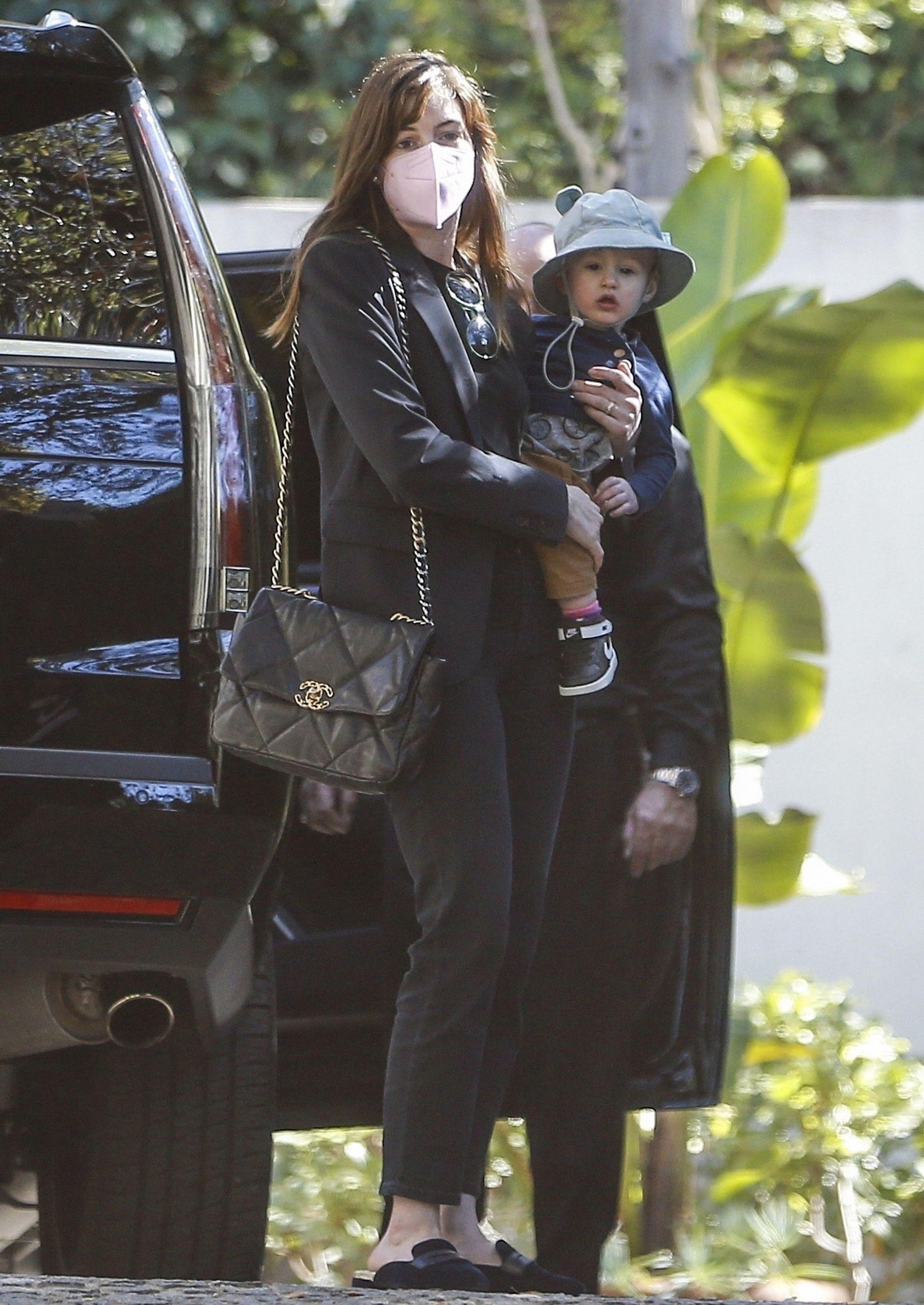 Con un look descontracturado, Anne Hathaway también disfrutó de su día al aire libre con un paseo junto a sus hijos en Los Ángeles