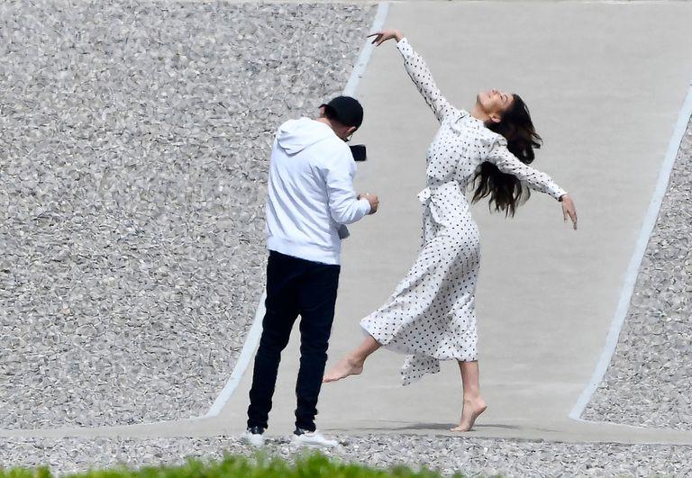 """Después posó para la cámara de DiCaprio, que llegó a Cannes para acompañarla y dar a conocer su último trabajo documental y ecologista titulado """"And We Go Green""""."""