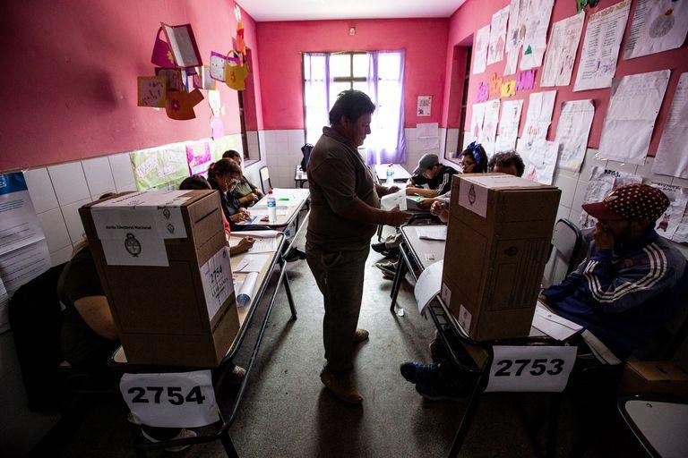 Un hombre vota en una escuela del barrio Virrey del Pino, en La Matanza, en 2019