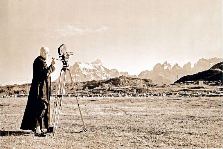 De Agostini, el sacerdote que escalaba con sotana y exploró la Patagonia