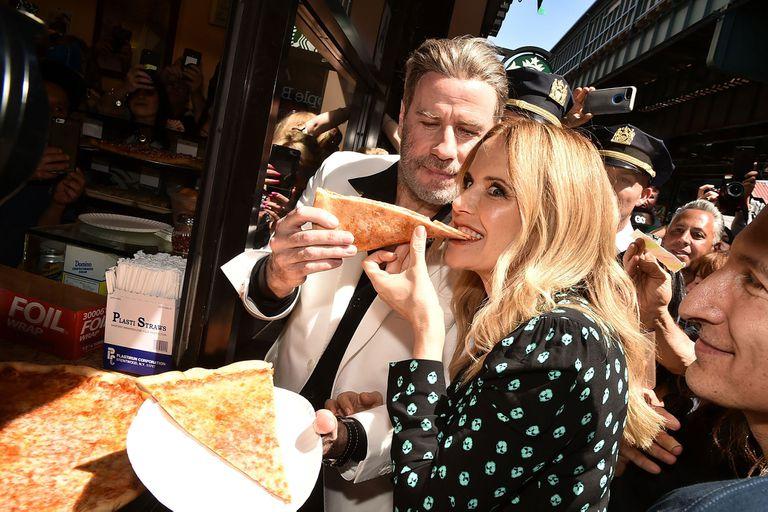 Kelly, la esposa de Travolta, prueba la afamada pizza de Lenny