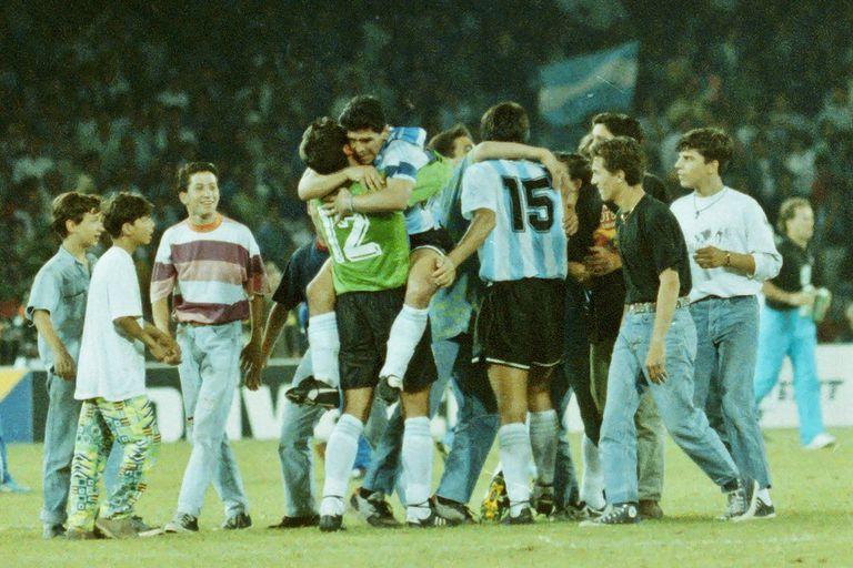 Goycochea y Maradona se abrazan en la noche del San Paolo, después del triunfo ante Unión Soviética