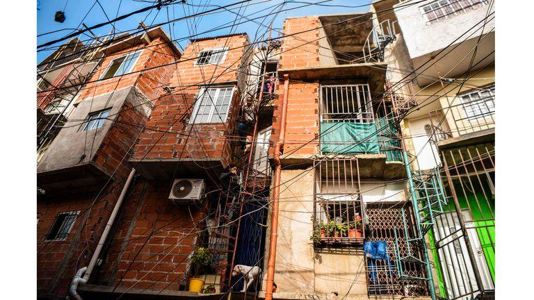 La gente sube las escaleras para llegar a su apartamento en el barrio de Villa 31 en Buenos Aires, Argentina