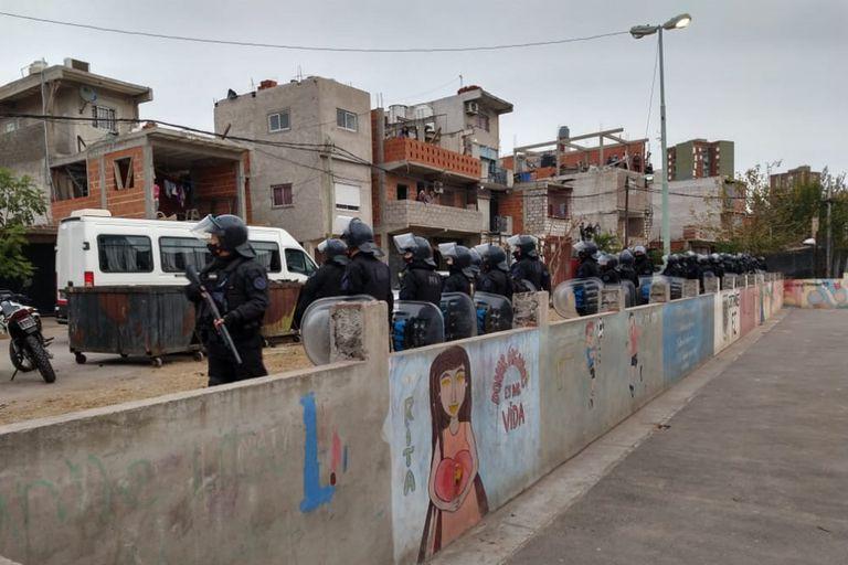 Más de 500 policías entraron en el barrio Mugica en busca de la banda de Dumbo