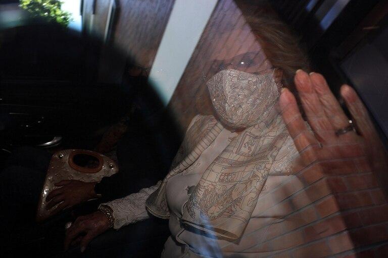 Fiel a su estilo, Mirtha Legrand no evitó el contacto con la prensa, aunque esta vez, solo se limitó a saludar con la ventanilla en alto