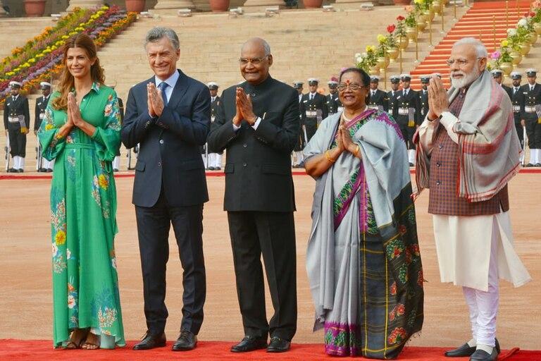 Mauricio Macri inició hoy en Nueva Dehli su visita de Estado a la India; en la foto, junto al presidente Ram Nath Kovin y el primer ministro Narendra Modi