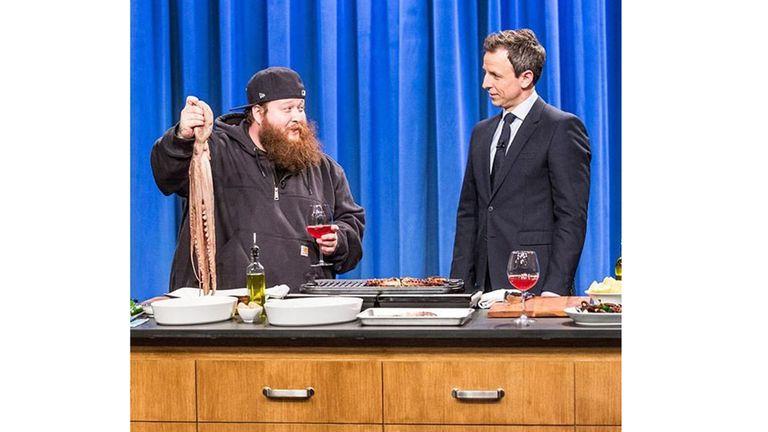 Action Bronson mostrando sus aptitudes en Late Night with Seth Meyers
