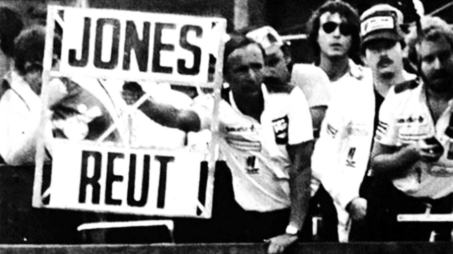 Jeff Hazzell, mánager del equipo Williams, enseña el cartel con el que la escudería ordenó el cambio de posiciones en Jacarepaguá; Carlos Reutemann desobedeció y ganó el Gran Premio de Brasil 1981