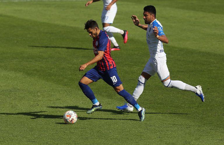 Oscar Romero jugando ante Godoy Cruz; los contratos elevados suyos y de su hermano, uno de los puntos a analizar de cara al futuro de San Lorenzo