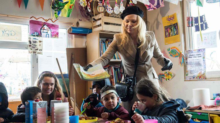 Pamela Anderson en el campo de refugiados sirios en Francia
