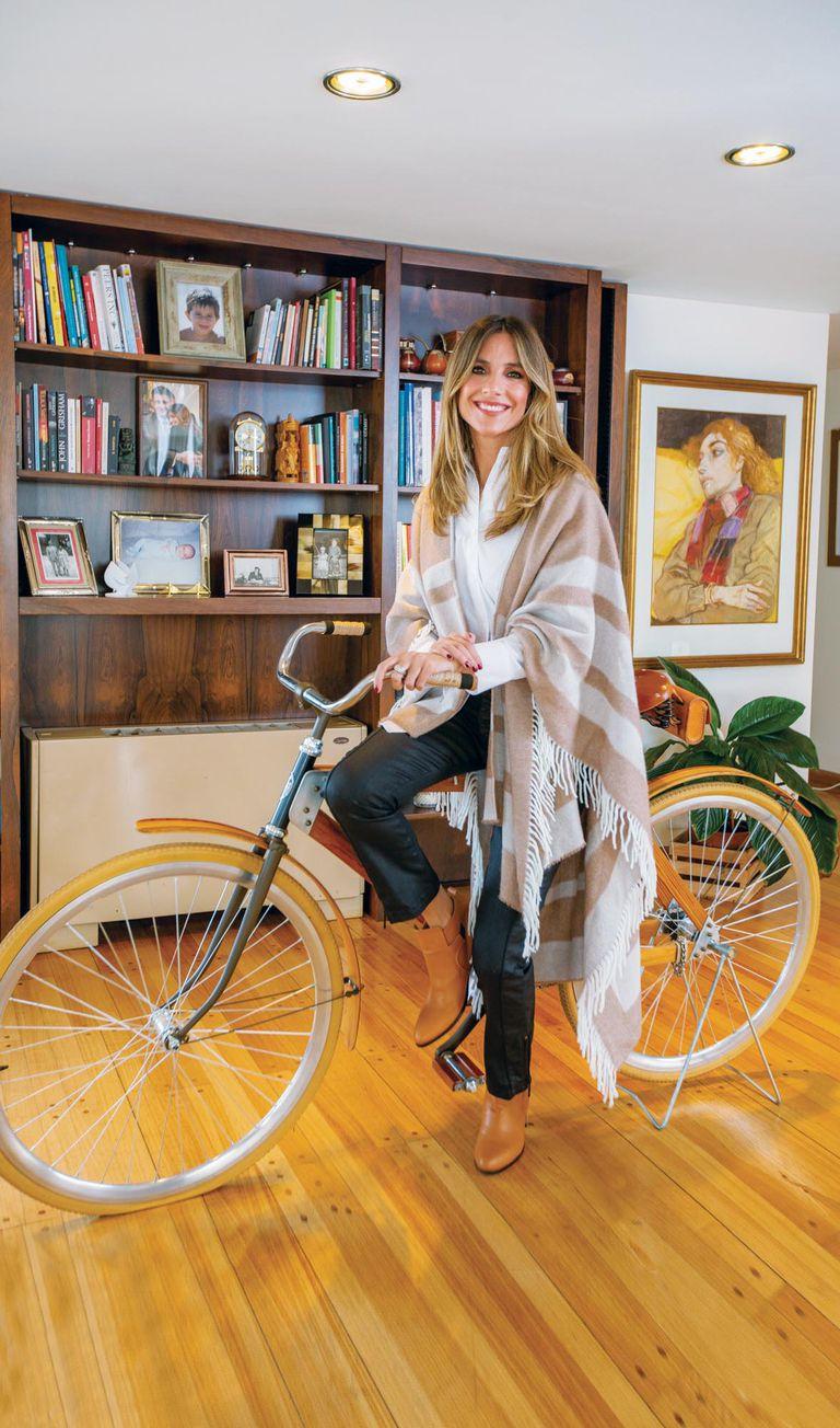 En el amplio living hay fotos de familia, arte y una bici artesanal, expuesta como un adorno.
